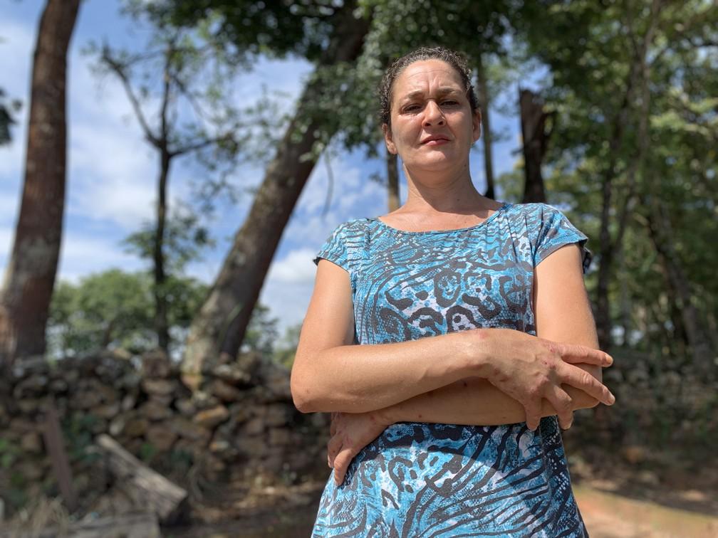 Vicentina Moreira do Prado, de 42 anos, traz nas mãos marcas de sentimentos que surgiram após o desastre — Foto: Raquel Freitas/G1