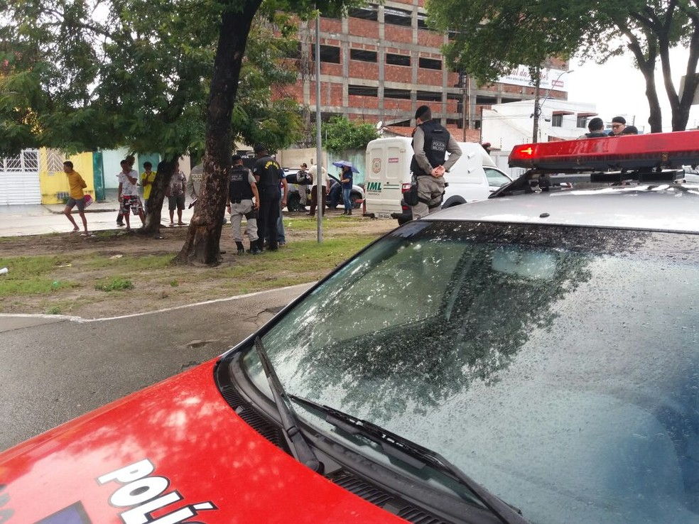 Vítima foi morta a tiros no bairro do Poço (Foto: Heliana Gonçalves/TV Gazeta)