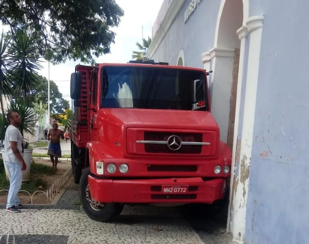 Veículo bateu no museu — Foto: Marcelino Neto/O Câmera