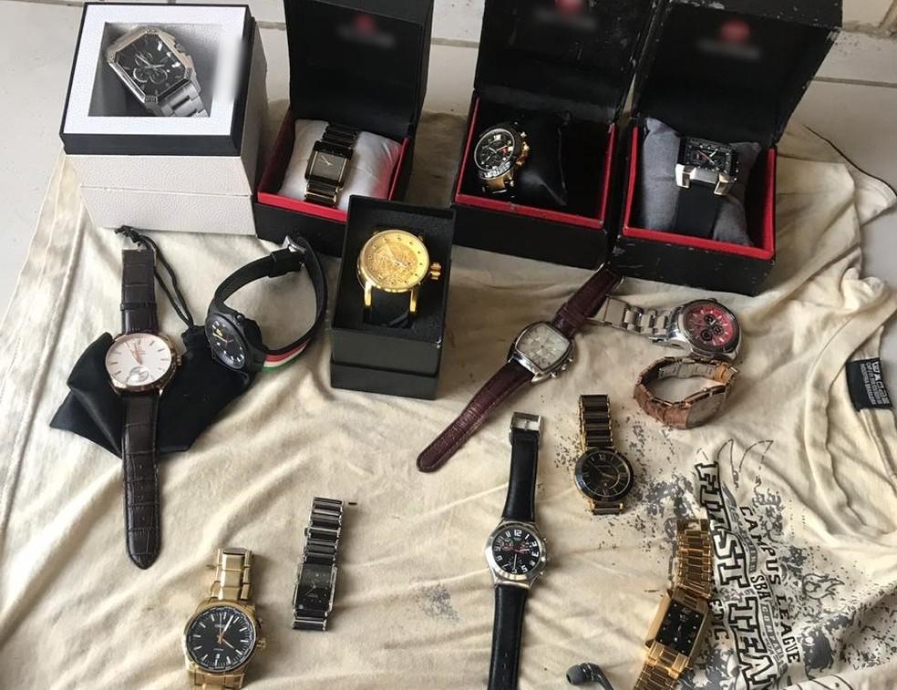 Coleção de relógios avaliada em R$ 15 mil foi recuperada pela PM, em Garanhuns — Foto: Polícia Militar/Divulgação