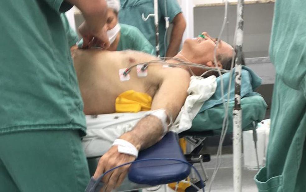Candidato à presidência Jair Bolsonaro (PSL) é atendido em hospital de Juiz de Fora após ser esfaqueado (Foto: Arquivo pessoal/G1)