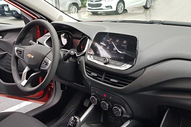 O ar-condicionado é manual e não há sensor de ponto cego ou baliza automática (Foto: Julio Cabral/Autoesporte)