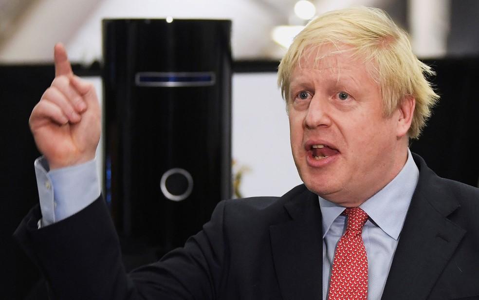 O primeiro-ministro britânico Boris Johnson discursa em centro de contagem de votos em Uxbridge, na Inglaterra, na madrugada de sexta-feira(13) — Foto: Reuters/Toby Melville