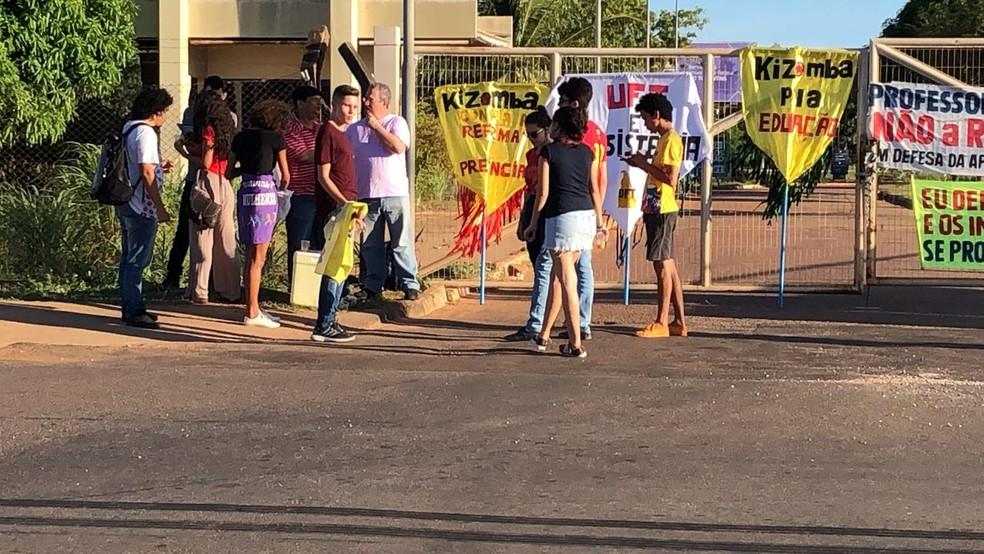 Grupo fez manifestação na frente da UFT — Foto: Manoela Messias/TV Anhanguera