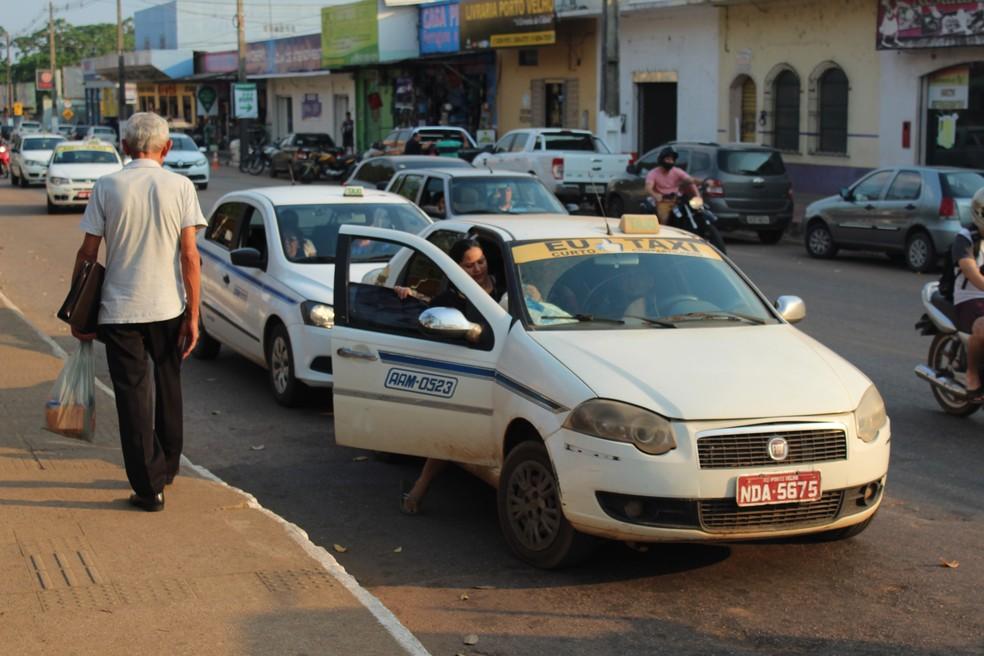 Com ônibus em greve, usuários recorreram à formas alternativas de locomoção. (Foto: Pedro Bentes/G1)