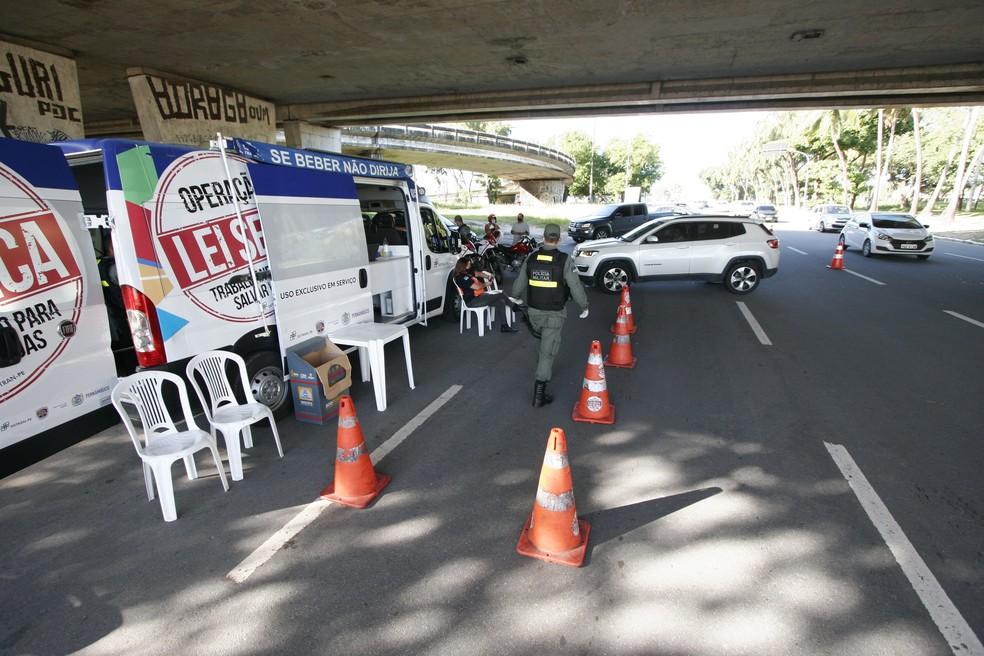 Operação Lei Seca no Recife — Foto: Miva Filho/SES-PE