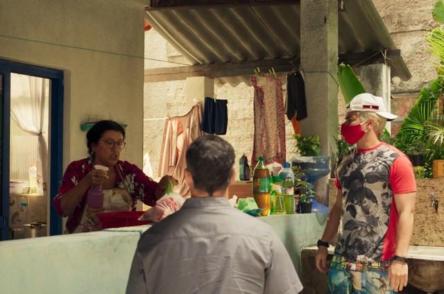 Regina Casé, Juliano Cazarré e Thiago Martins em 'Amor de mãe' (Foto: Reprodução)