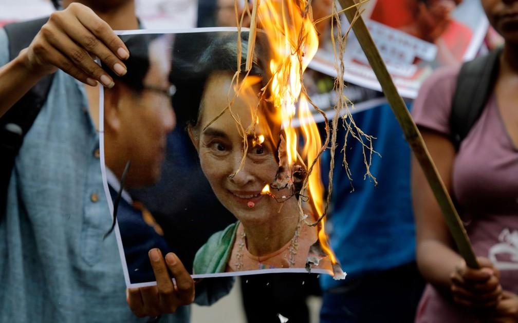 -  Ativistas queimam foto de Aung San Suu Kyi no protesto em Calcutá, na Índia, contra a perseguição dos Rohingyas em Mianmar  Foto: Bikas Das/AP