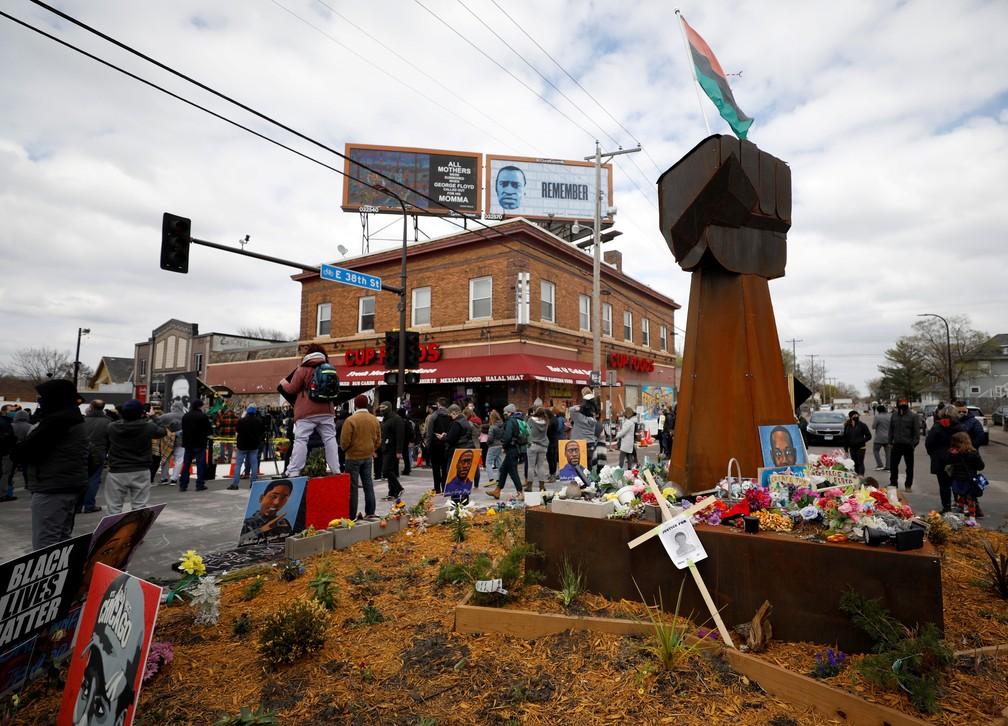 Pessoas se reúnem na George Floyd Square em Mineápolis (EUA) para ouvir o veredito do julgamento de Derek Chauvin pela morte de George Floyd em 20 de abril de 2021 — Foto: Octavio Jones/Reuters