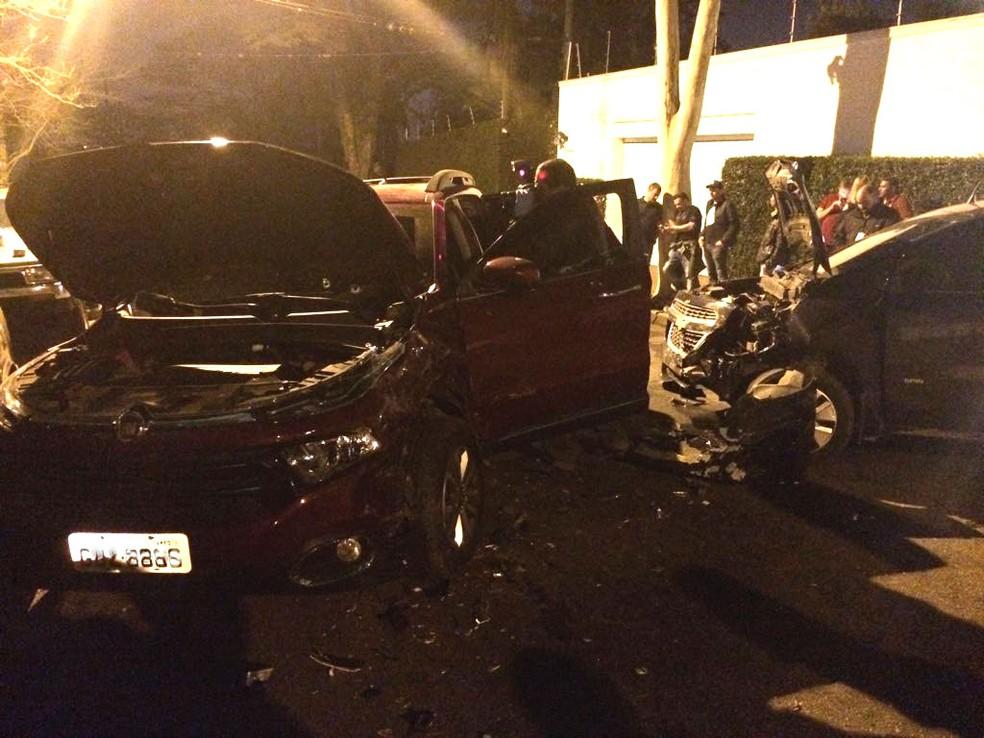 Carro usado por bandidos colidiu contra viatura descaracterizada da polícia (Foto: Will Soares/G1)