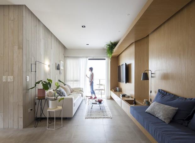 De um lado, ripas de concreto, do outro, madeira - as texturas trazem sensação agradável de acolhimento para a área social  (Foto: Maíra Acayaba/Divulgação)