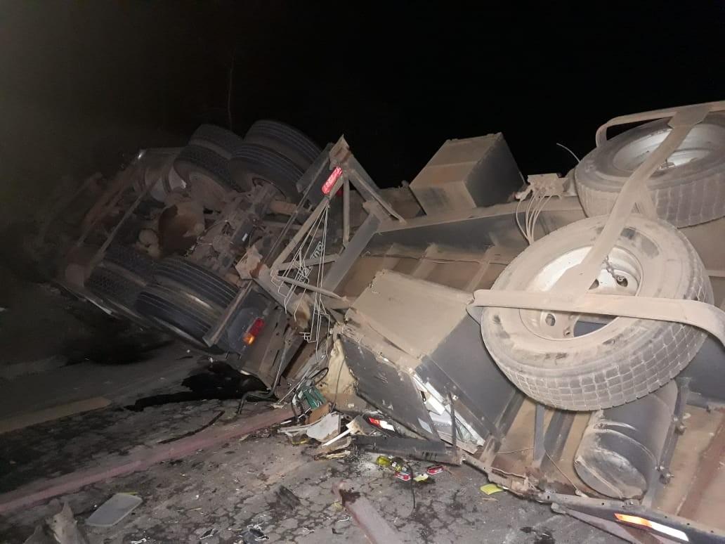 Motorista morre e passageira fica ferida em acidente com carreta na MG-444 em Capetinga, MG - Notícias - Plantão Diário