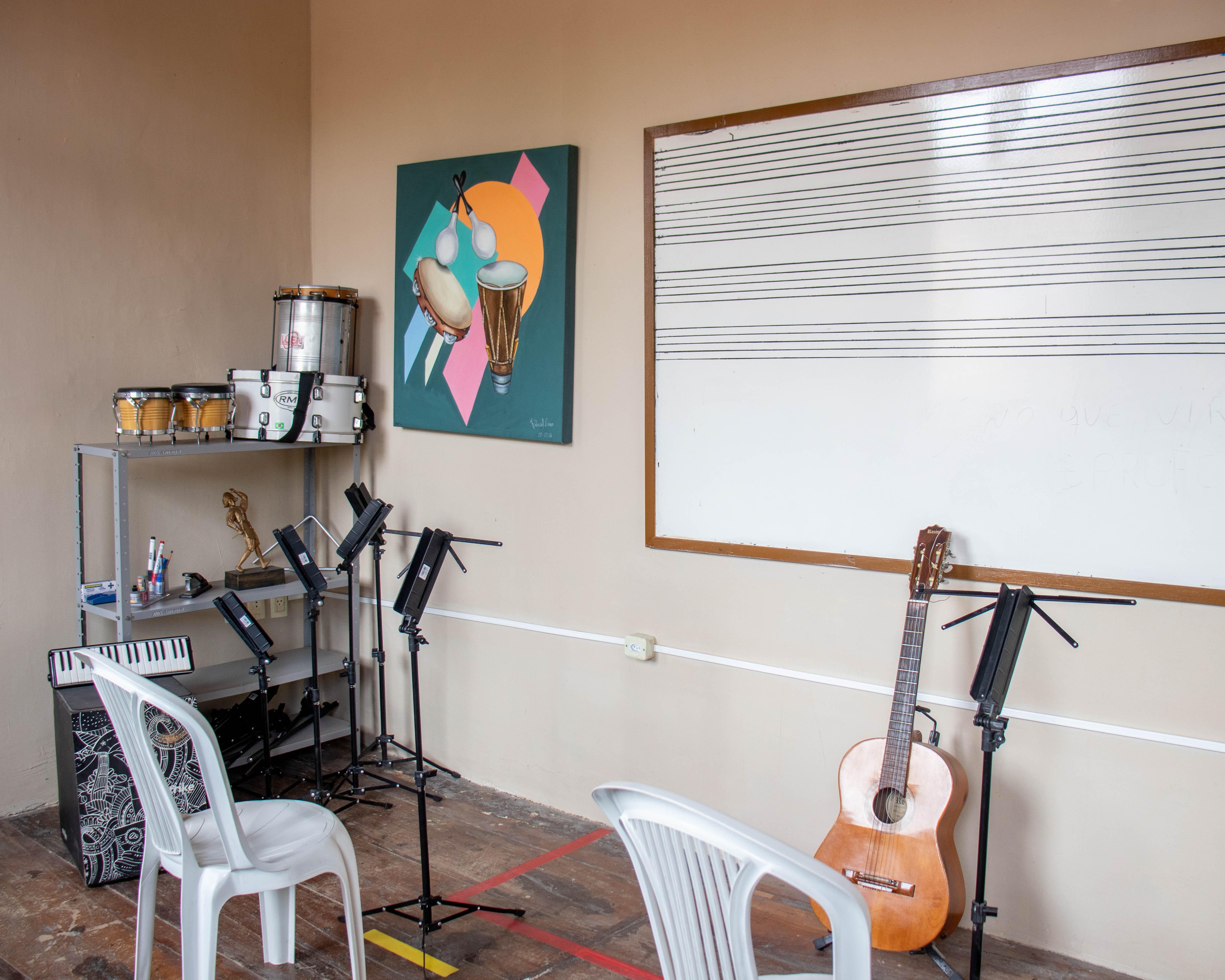 Aulas de violão, teclado, contrabaixo e acordeon são oferecidas de graça em Bezerros