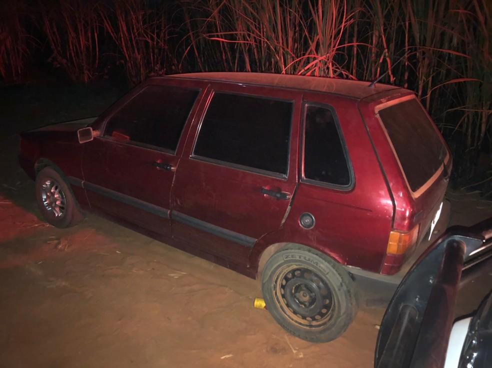 Carro usado pelo trio foi localizado próximo a um canavial entre Itajobi (SP) e o distrito de Vila Roberto — Foto: Polícia Militar Ambiental/Divulgação