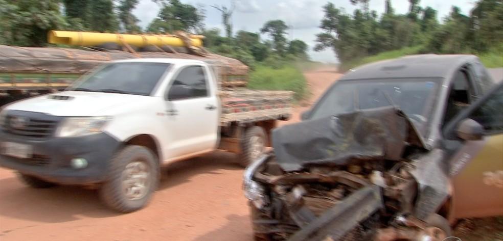 Carro bateu de frente com caminhão e motoristas ficaram feridos — Foto: TVCA/Reprodução
