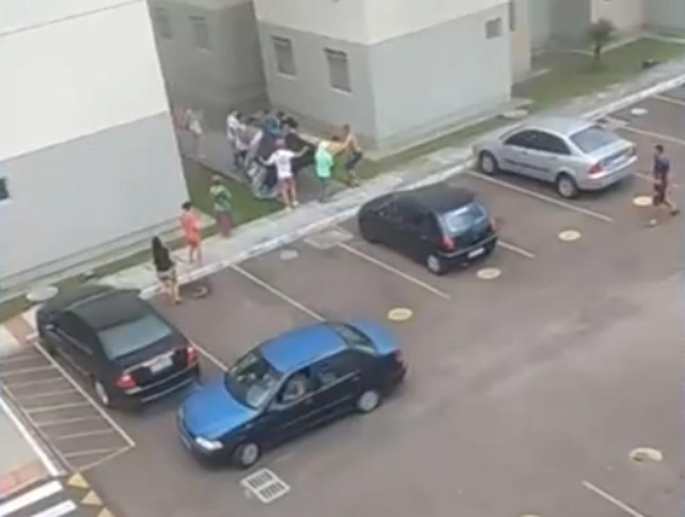 Vizinhos foram chamados para ajudar e improvisaram um resgate com colchões e lonas — Foto: Reprodução/RPC