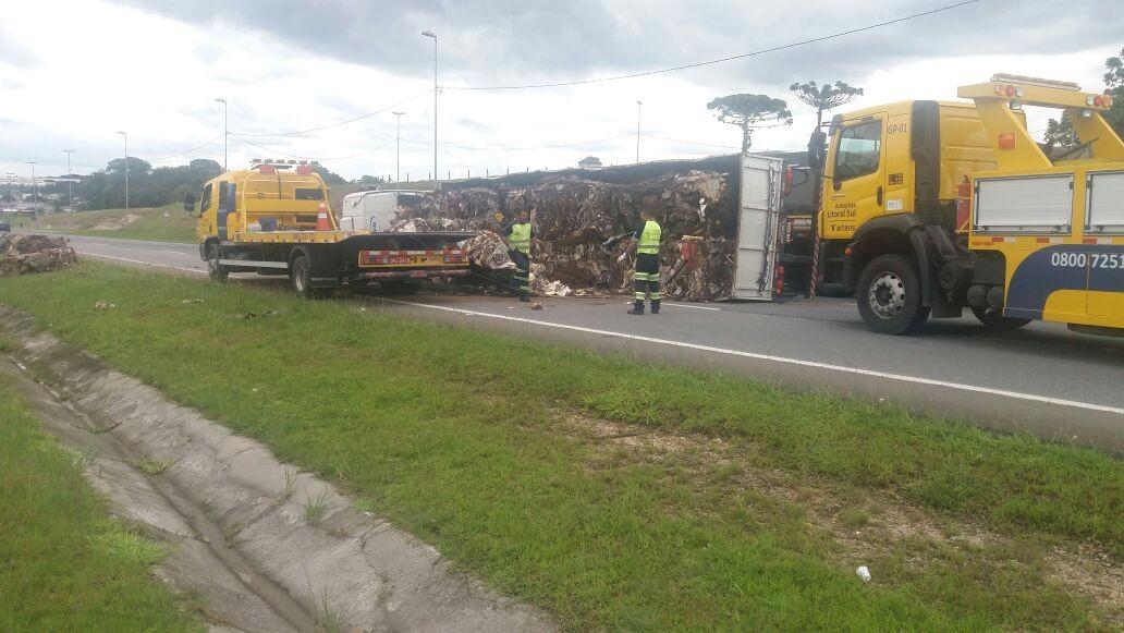 Tombamento de caminhão fecha pistas da BR-116, em São José dos Pinhais