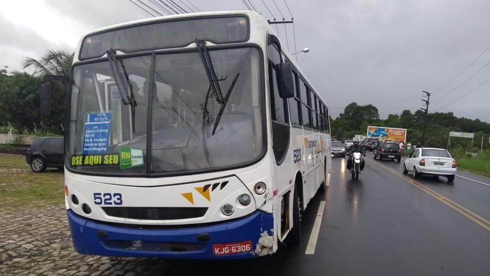 Segundo polícia, motorista perdeu controle do ônibus e invadiu contramão, atingindo motociclista na RN-160. — Foto: Ediana Miralha/Inter TV Cabugi