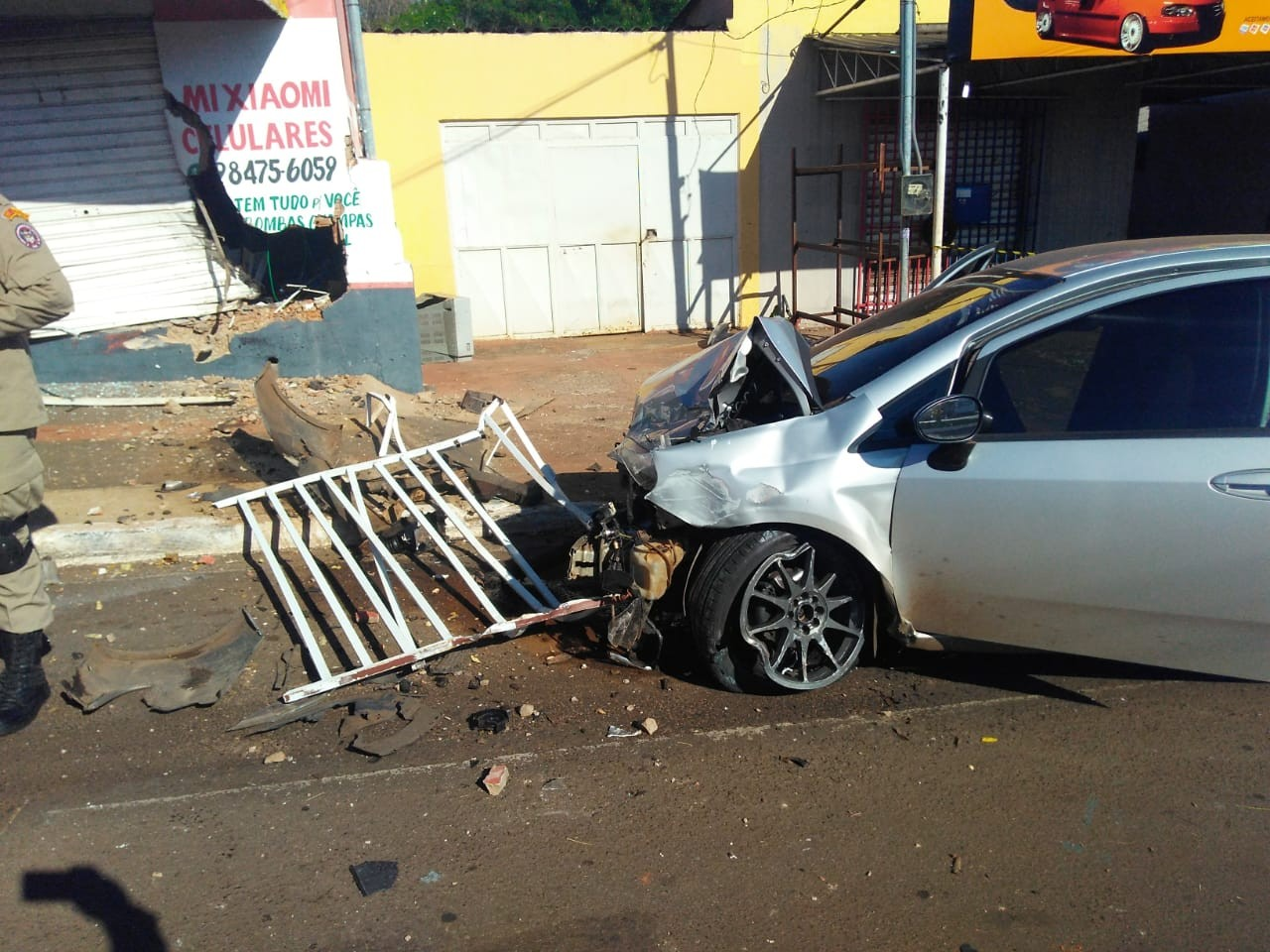 Motorista fica ferido após perder controle de carro e bater em loja de celulares em MS