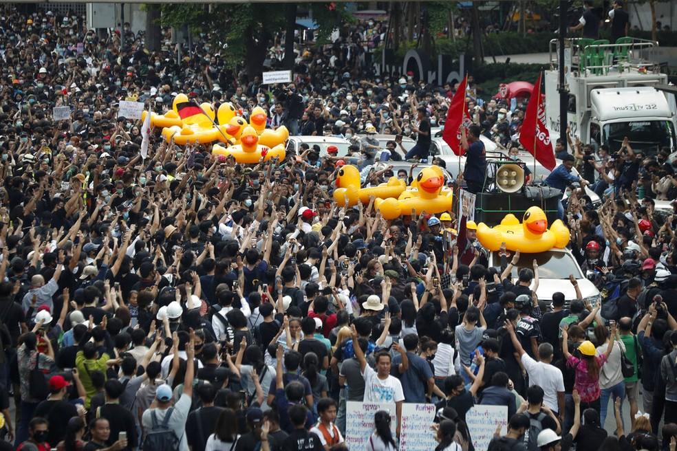 Manifestantes carregam patos de borracha, símbolo dos protestos na Tailândia, em ato contra o regime tailandês em Bangcoc — Foto: Sakchai Lalit/AP