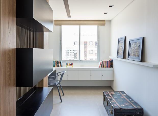 Convertido em escritório, o terceiro dormitório agora é complemento da área  social do apartamento (Foto: Haruo Mikami/Divulgação)