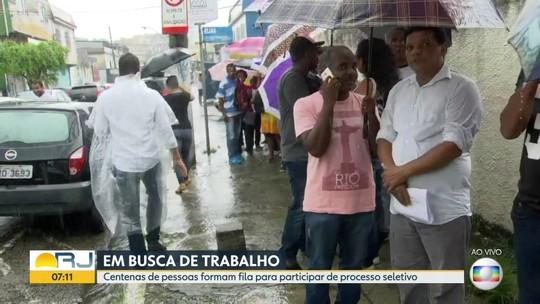 Centenas de pessoas formam fila em busca de emprego no RJ
