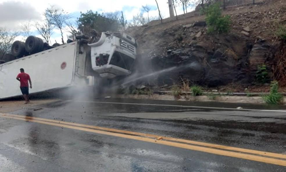 Caminhão tombou em serra e rompeu adutora (Foto: Arquivo pessoal)