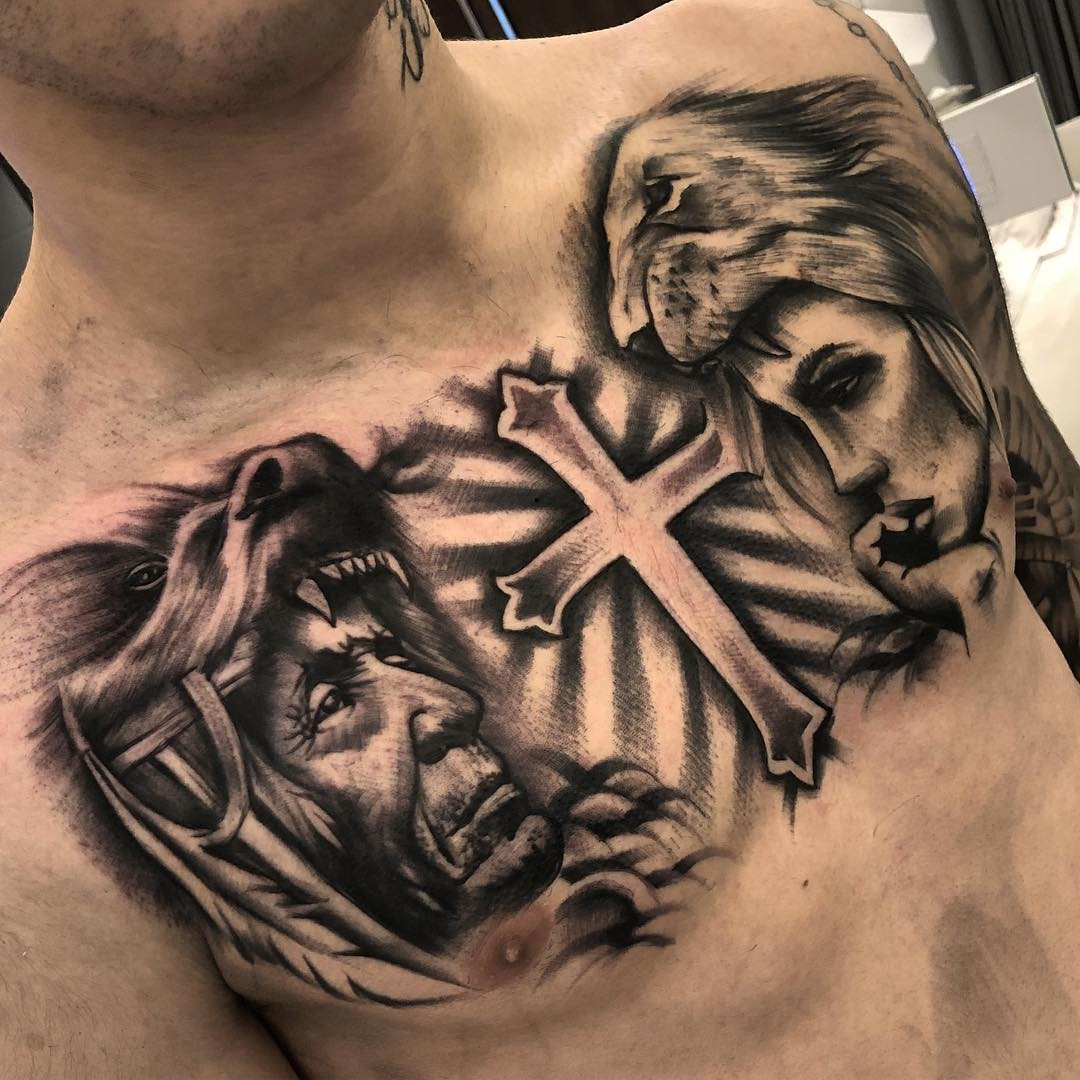 Cantor Todo Tatuado Brasileiro kevinho fecha o peitoral com tatuagem e é comparado com