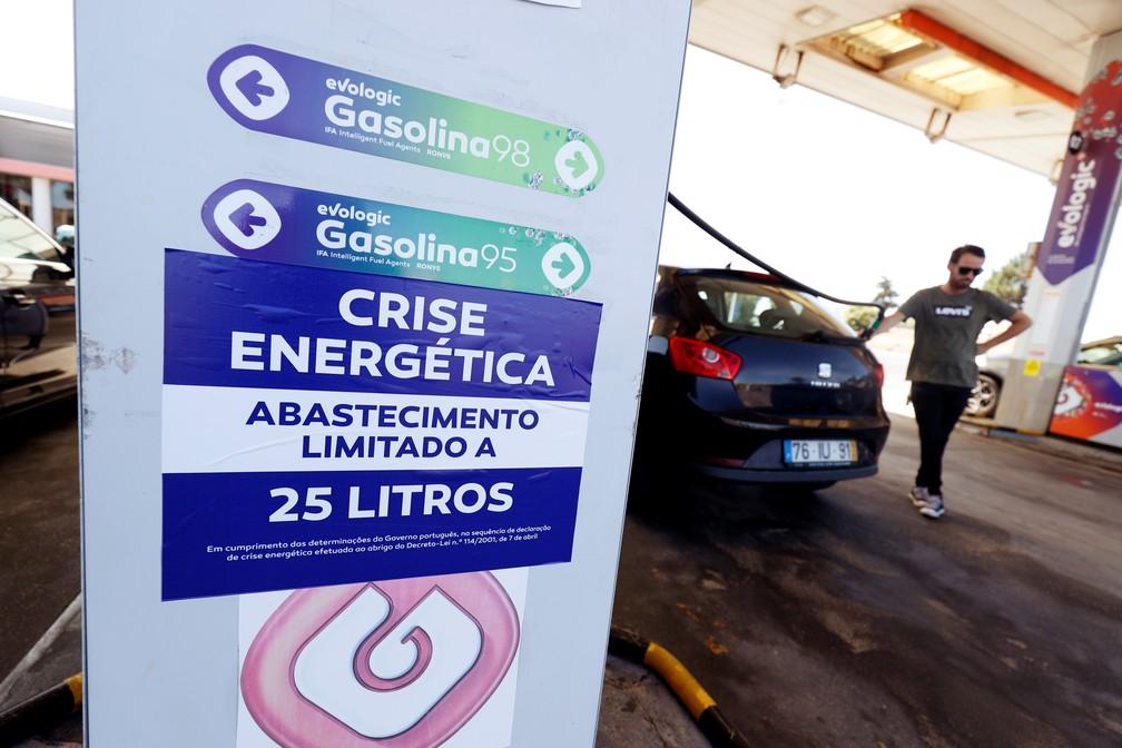 """Placa em posto de combustível perto de Lisboa, em Portugal, nesta segunda-feira (12), diz """"crise energética: abastecimento limitado a 25 litros"""" — Foto: Rafael Marchante/Reuters"""