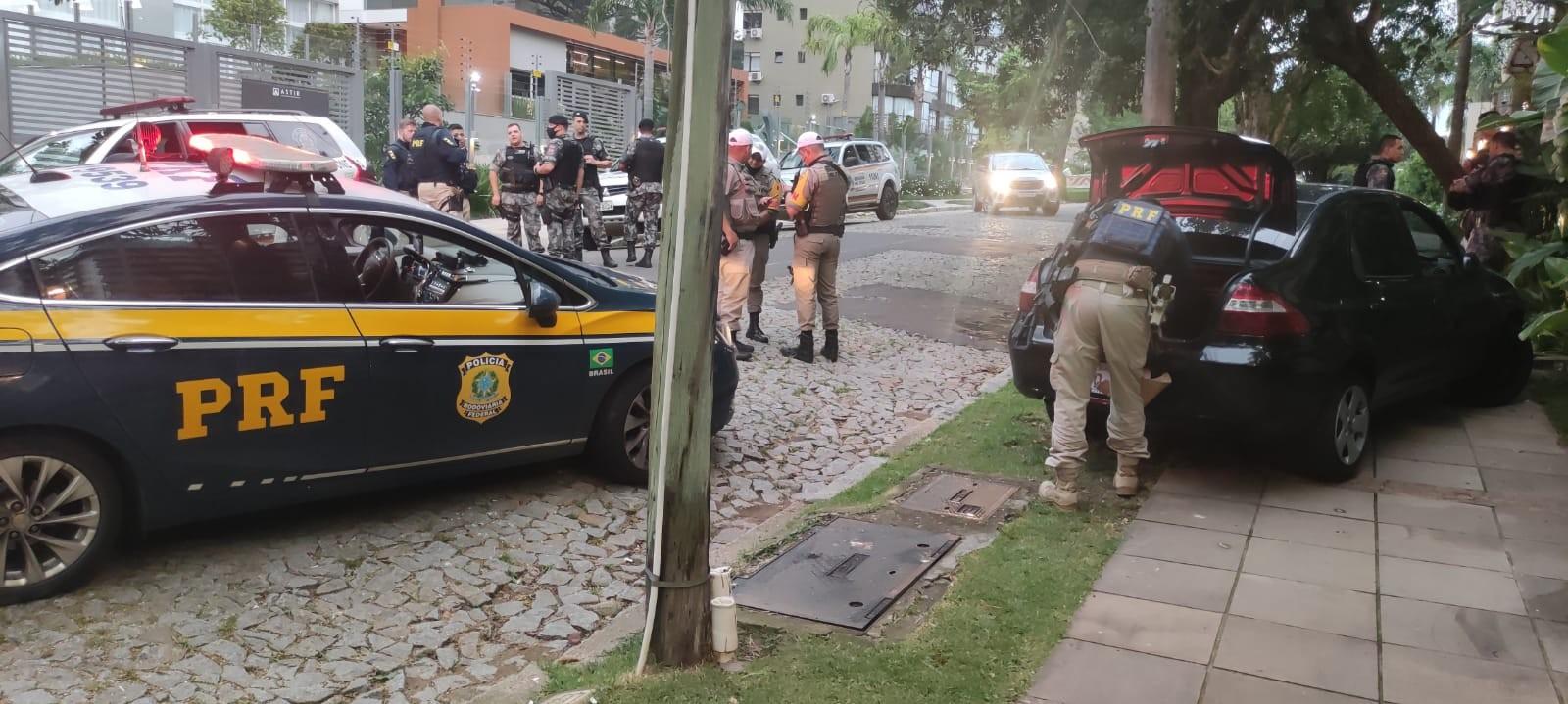 Homem é preso escondido em lixeira após perseguição em Porto Alegre, diz PRF; VÍDEO