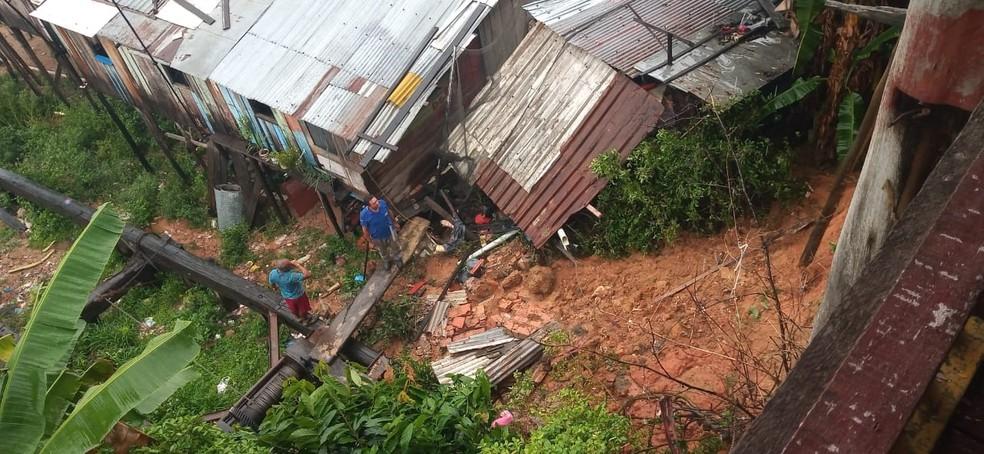 Parte de casa desmorona e atinge casa de vizinho no bairro Educandos, em Manaus — Foto: Karla Melo/Rede Amazônica