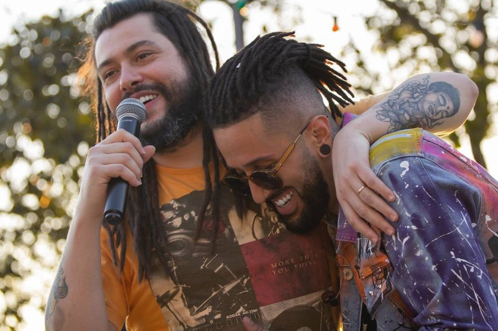 Tales de Polli (à esquerda), vocalista da banda Maneva, com Julies — Foto: Tati Foster / Divulgação