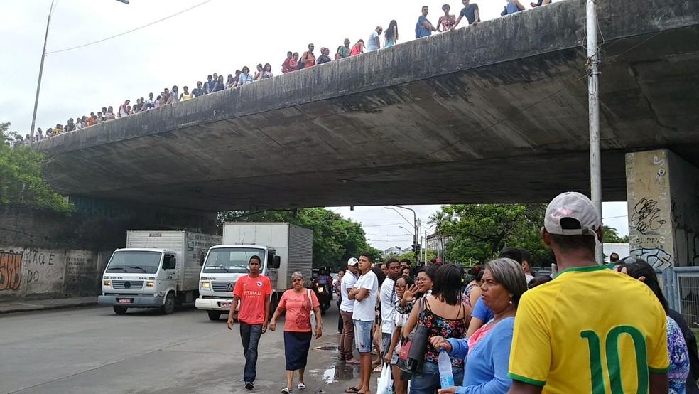 Fila na Central de Atendimento ao Eleitor da Capital chega a subir viaduto do Forte das Cinco Pontas, no Centro de Recife (Foto: Everaldo Silva/ TV Globo)