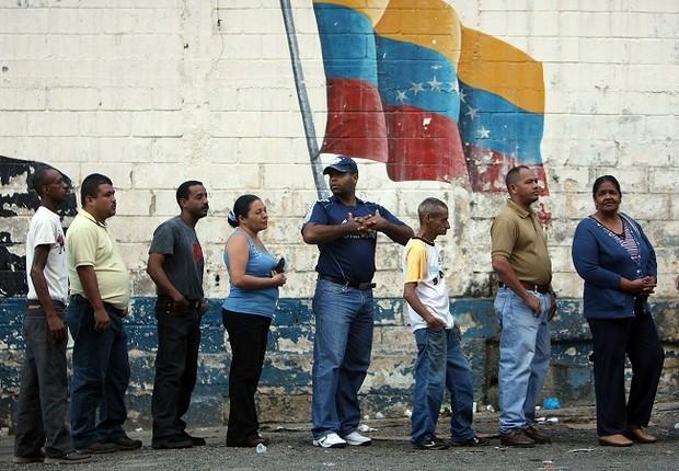 Pessoas fazem fila para votar em Caracas, na Venezuela (Foto: Mario Tama/Getty Images)