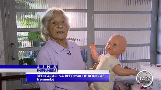 Idosa de 73 anos reforma bonecas para doar a crianças de Tremembé