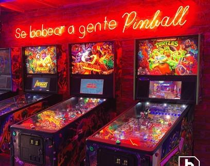 Com aposta em conceito de 'barcade', empreendedor abre casa com máquinas de pinball e fliperama em SP