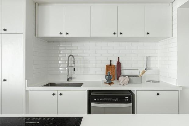 Minimalismo, espaço livre e muito branco marcam apê de 150 m²  (Foto: FOTOS GISELE RAMPAZZO)
