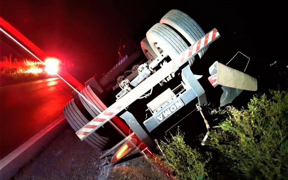 Motorista foi flagrado arrastando um dos semirreboques tombado na pista — Foto: Divulgação/PRF