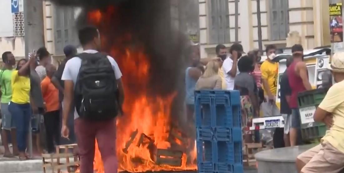 Professores e vendedores ambulantes fazem protesto no centro de Feira de Santana, na BA