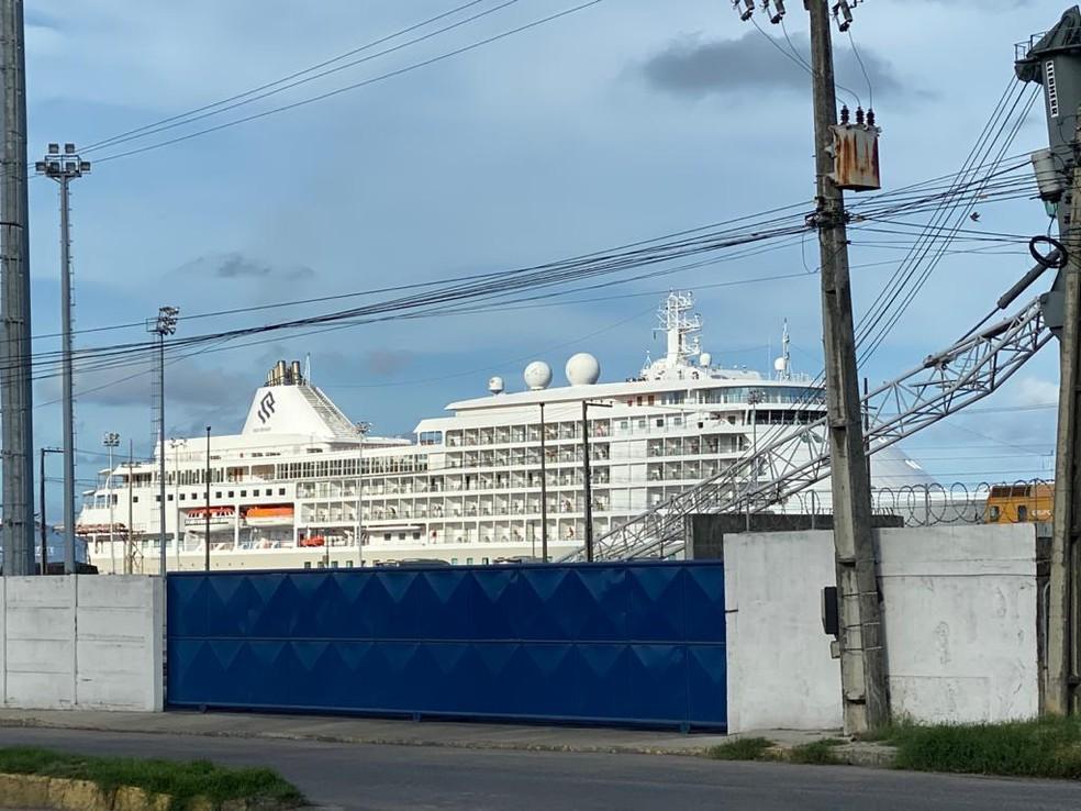 Navio Silver Shadow foi retido no Recife no dia 12 de março — Foto: Pedro Alves/G1