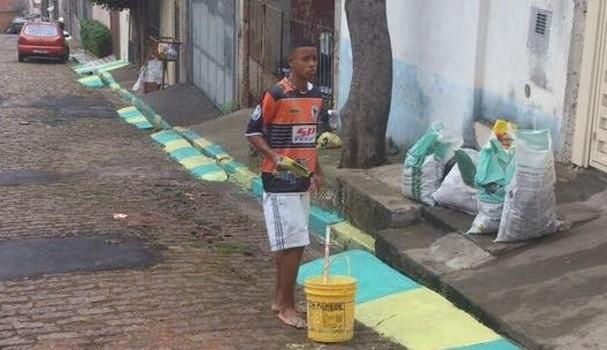 Gabriel Jesus pintando a rua (Foto: Reprodução)
