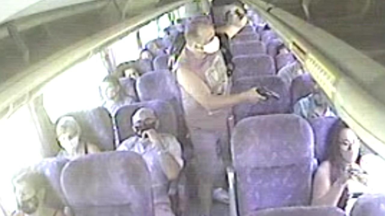 Passageiros de ônibus são assaltados à mão armada em linha que liga Araruama a Niterói, no RJ