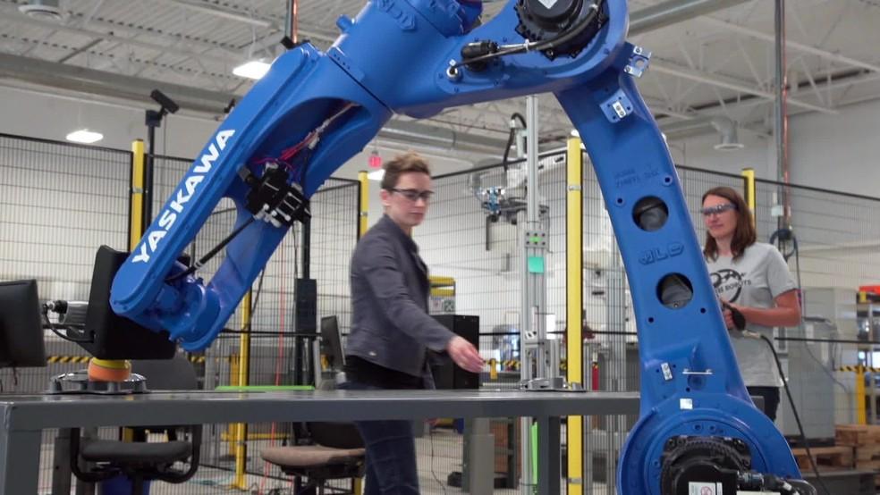 Inteligência artificial de robô de polimento de peças de automóveis percebe quando um humano se aproxima e, por segurança, para de funcionar — Foto: Reprodução