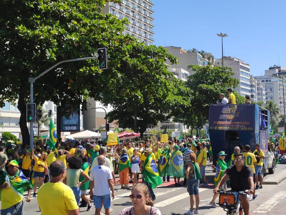 Manifestantes fazem ato a favor do governo no Rio — Foto: José Raphael Berredo
