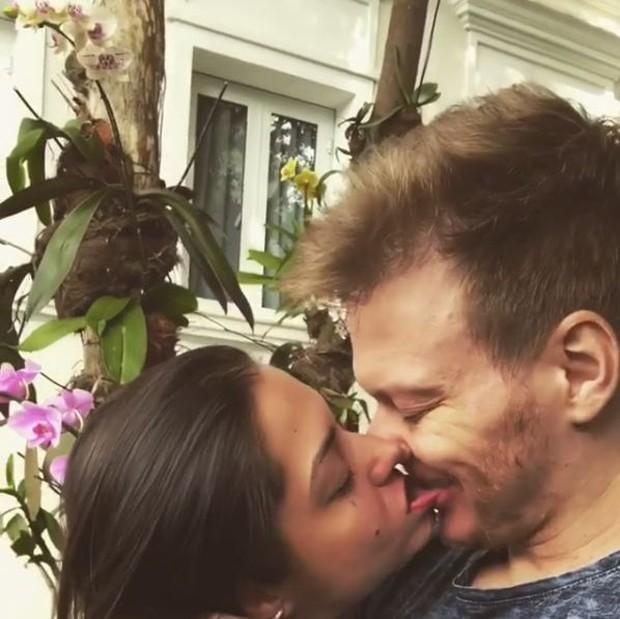 Thais Fersoza dando beijão de língua em Thais Fersoza (Foto: Reprodução/Instagram)