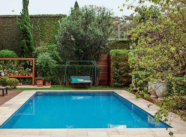 Ao fundo da piscina, balanço herdado da avó da moradora e, em seguida, muro coberto com unha-de-gato. Projeto da paisagista Claudia Muñoz (Foto: Edu Castello/Casa e Jardim)