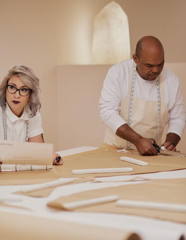 À esquerda, Bianca Palmisano (gerente de produto) e João Maciel (cortador).  (Foto: Hick Duarte)