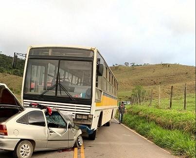 Jovem morre em acidente entre ônibus e carro na AMG-3055 em Belmiro Braga - Notícias - Plantão Diário