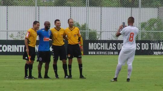 Trio de arbitragem tira foto com Vagner Love após jogo-treino do Corinthians