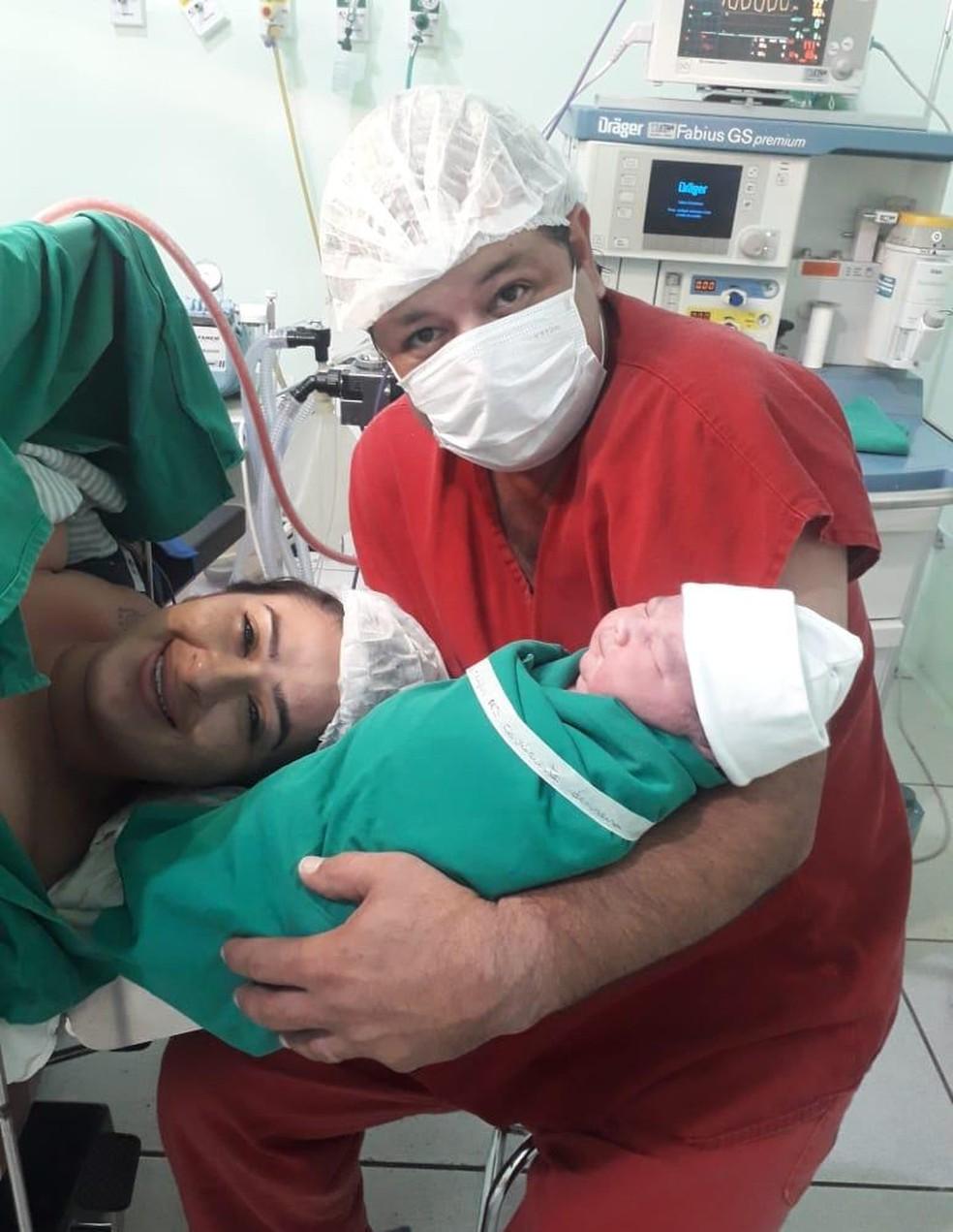 Família com bebê que nasceu com quase 5 kg em maternidade de MS — Foto: Evilyn Cavalcante/Arquivo Pessoal